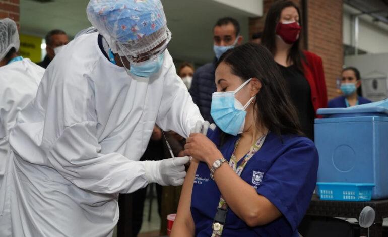 Bogotá inició su plan de vacunación con personal médico.