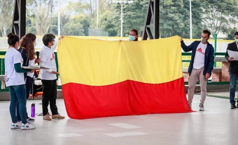 Alcaldesa de Bogotá entregó la bandera de Bogotá a los deportistas rumbo a Tokio 2020