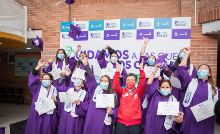 Más de 800 mujeres cuidadoras se gradúan y certifican gracias al convenio Distrito-Sena